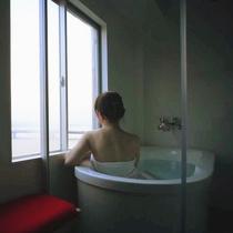 """♪旅情をそそる朝もやの宍道湖を眺めながらのプライベートバスタイムは""""お肌つるすべ""""の1日の始まり♪"""