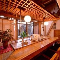 *網元別館/グループやご家族で囲炉裏を囲んでお食事を。旬の幸が食膳を彩ります。