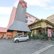 *蟹海楽/北海から直送の活きの良い鮮魚を贅沢に!歌舞伎舞台をモチーフにした赤黒の装飾が店内を彩る。