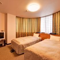 *洋室ツインA(客室一例)/リニューアルしたばかりの広々とした客室。ごゆっくりお寛ぎ下さい。