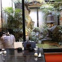 ■約60店のご当地グルメ専門店■坪庭の見えるお部屋の「なわのれん」■