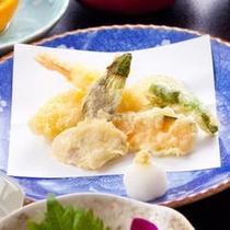 ≪地野菜の天ぷら≫地元契約農家の野菜とともに旬を味わえます。