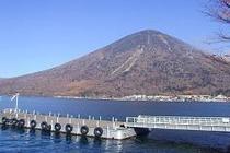 中禅寺湖 と男体山