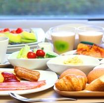 和食と洋食を取りそろえた朝食ビュッフェ