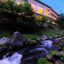 清流と光…。夕暮れ時の滝の湯