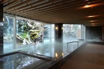 滝を目前に眺める「庭園大浴場」