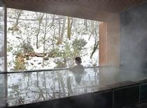 滝を目前に眺める「庭園大浴場 深山の湯」