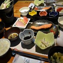 ご朝食の一例。野沢温泉産コシヒカリを、野沢温泉のキレイな水で炊いた、炊き立てごはん!