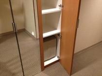 ツインルームはクローゼット下段に冷蔵庫があります。