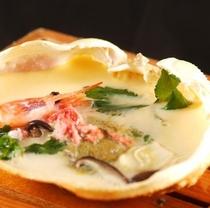 蟹身と蟹味噌が入った創作蒸し物(宿泊者限定)
