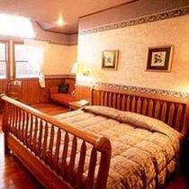 【デラックスクイーン】16畳以上あるお部屋にクイーンベットを使用。