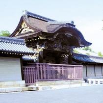 【国宝の唐門】京都の国宝3大唐門の一つ、西本願寺国宝唐門(日暮門)。当館よりすぐのところです。