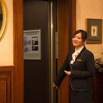 【フロントスタッフ エレベーター】