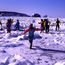 流氷ウォーク 足元は流氷。つまり海の上なのです。