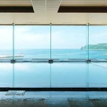 8階大浴場は、オホーツク海を眼前に見ながら湯に浸かることができる。