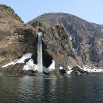 海上からしか見ることのできない貴重な景色。個性あふれる滝や奇岩が次々と。