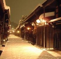 ランプに照らされた冬の古い町並み