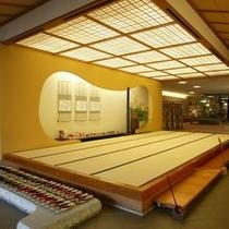 【施設】玄関を入ると、広い畳の上がり框が。〜季節のしつらえでお出迎えします〜