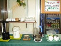 朝食ドリンク・サラダコーナー
