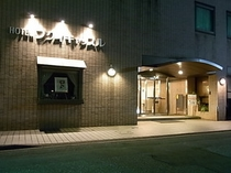 ホテル玄関の夜