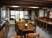 食堂はテーブル席と畳のお座敷席があります