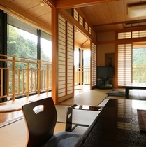 【3F「月の間」純和室/禁煙】光と風が舞い込む開放感あるお部屋。各階に1室だけ(計3室)の部屋タイ