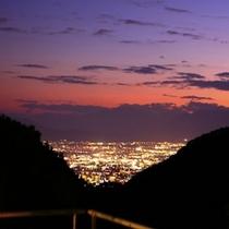 山間に輝くその絶景は山梨特産のワインに準え『宝石を入れたワイングラス』と称されています