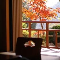 客室から紅葉狩りを楽しむ