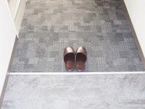 室内カーペット:靴を脱いでお寛ぎ下さいませ♪(8月上旬全室張替終了予定)