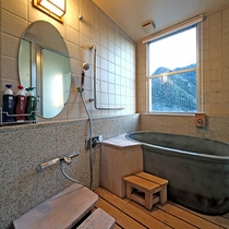 ★眺望風呂付和室の陶器風呂