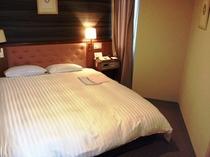 ■客室:ダブルルーム18平米。「全室デュベスタイル」。快適・清潔をお約束!