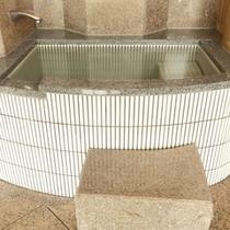 【里の湯】「抱きっこ石」「饅頭蒸かし」などの変わったお風呂が楽しめます。