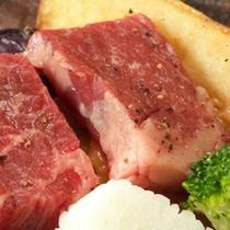 牛の朴葉焼きは料理長特製味噌ダレを目の前で焼き上げます。香ばしいかおりがたまりません。