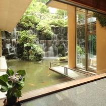 【ロビー】館内に入ると大きなラウンジには滝が流れています.2jpg