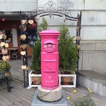ピンクのポスト