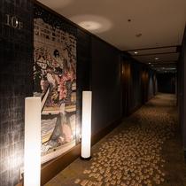 エレベーター前壁画と廊下イメージ