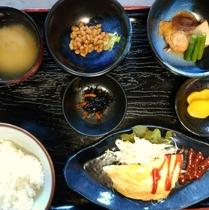 【ご朝食膳(一例)】朝から心も体も温まるお食事をお楽しみくださいませ