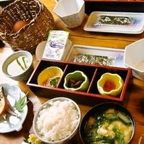 【朝食】体に優しい食材が並ぶ