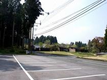 【駐車場】広々とした駐車場/例