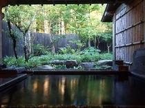 【風呂】四季折々の表情を見せる貸し切り露天風呂/例