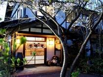 【外観】夜の玄関前/例