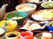 【朝食】季節の野菜も味わえる民宿ならではの朝ご飯をご用意致します。/例