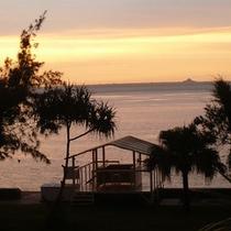 ビーチの夕焼け/夕方の静かな雰囲気をお楽しみ下さい。