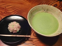 「嘯月」さんのきんとんと「伊藤柳桜園」さんのお抹茶