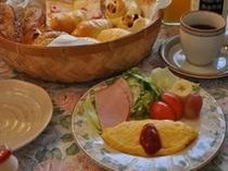 自家製焼き立てパンの朝食