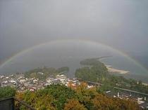 ロビーから虹を見る