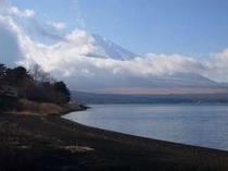 三日月湖とも呼ばれる山中湖。湖畔まで徒歩数分♪