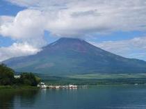 富士五湖で一番大きな湖、山中湖。夏の頃の富士山♪