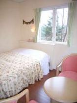 窓からは緑豊かな木々が眺められる、ダブルルーム(バストイレ付き)
