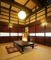食事処(椿)・・・築150余年の重厚感のある梁と帯戸(襖)のお食事処です